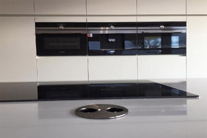 Composiet witte keuken - Zwart design lounge en witte ...