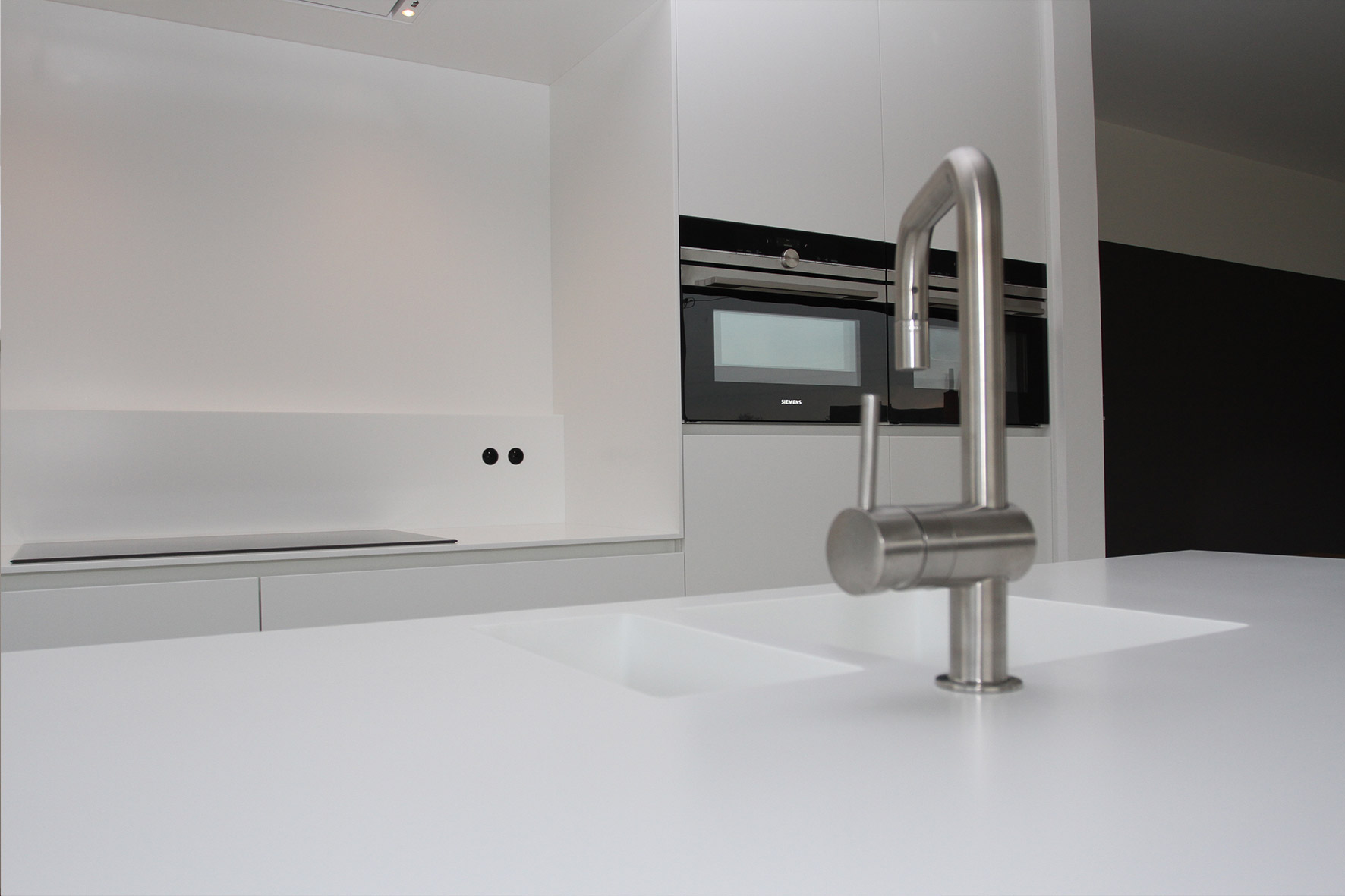 Flex Design Keukens : Keuken – Wit gelakt/ corian tablet en nis ...