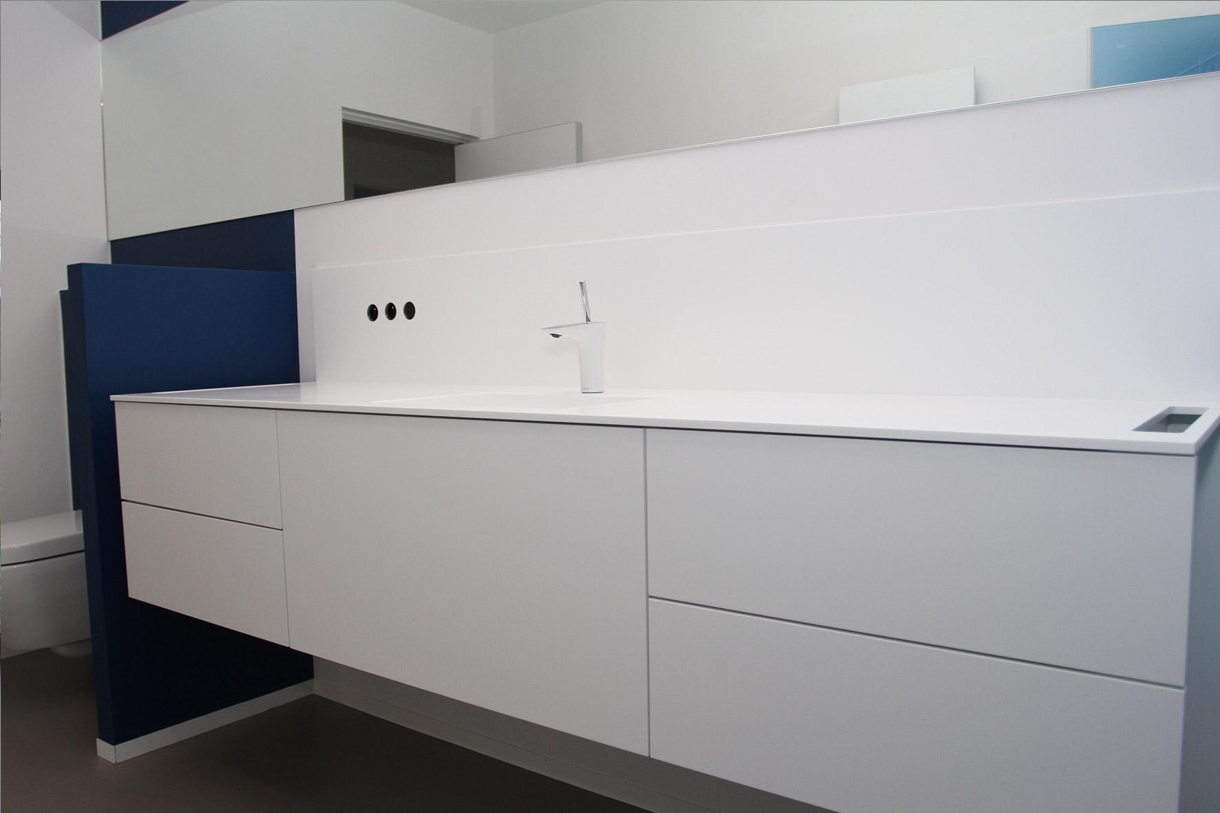 Badkamer met corian design badkamer sicis glasmozaiek betegelde douchebank spiegel met design - Wit badkamer design meubels ...