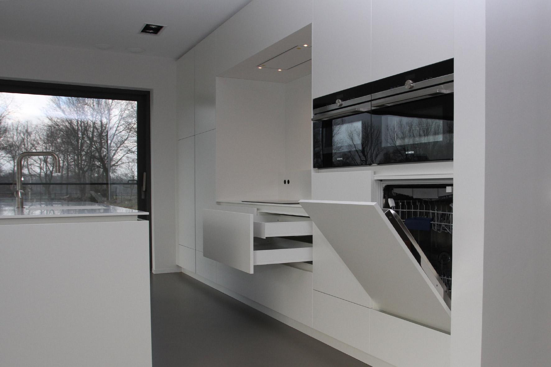 Keuken – Wit gelakt/ corian tablet en nis/ horizontaal en ...