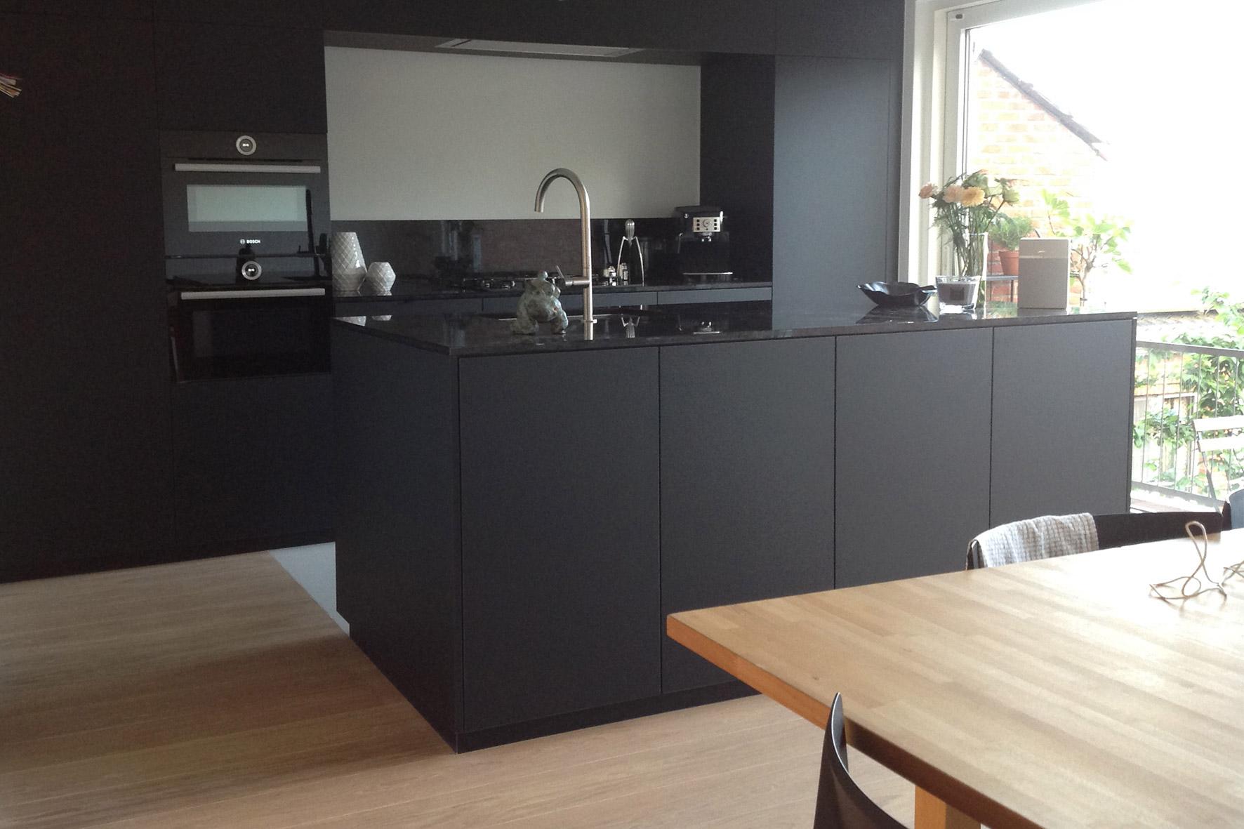 Keuken – laminaat mat zwart met graniet werkblad – flex design